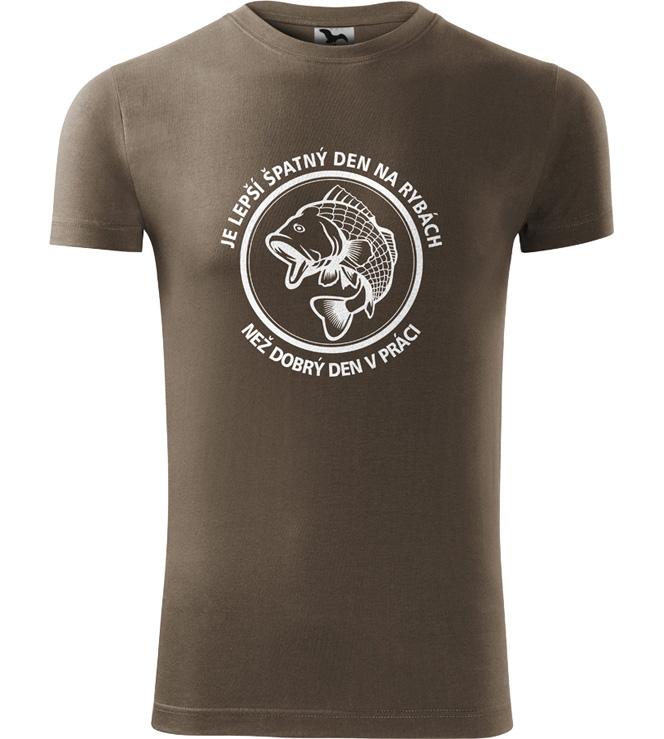 223c49945896 Pánské rybářské tričko Lepší den na rybách než být v práci army ...